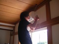 天井から電線を引っ張り下ろします