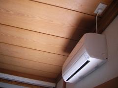 和室天井にコンセントが取り付けられた