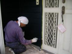 玄関脇に三回目の塗装をしているところ