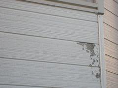 腐食して剥がれている外壁サイディング