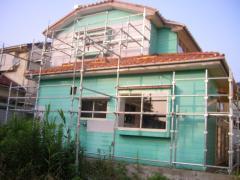 腐食した外壁を張り替えた家の裏側