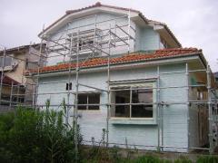 下地塗装が終わった家の裏側