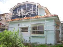 二回目の塗装・一層目の色塗りが終わった家の裏側