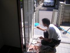 玄関ドアを塗装中