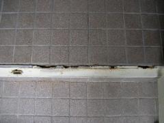 玄関のサッシが腐食している写真