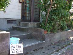 玄関の外の階段の手すり取り付け工事前