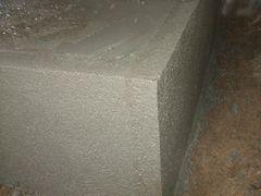 コンクリートの尖った角