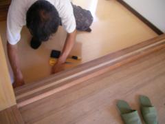 柱と敷居に塗装中