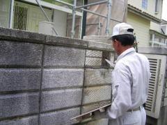 塀の穴にコンクリートを詰めている