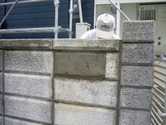 塀の穴にコンクリートが詰められた