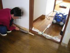 床の貼り始め・エアーコンプレッサーが見える