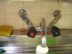キッチンの古いツーハンドルの蛇口
