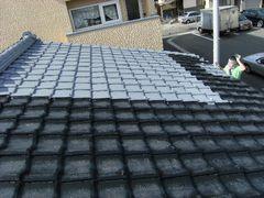 屋根半分にプライマーを塗る