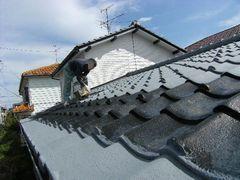 斜め屋根で下地塗装