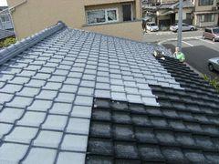屋根の3分の2にプライマー塗料を塗った