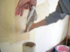 壁に空いた穴にメッシュを入れています