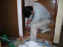 階段上がるところの壁紙貼り