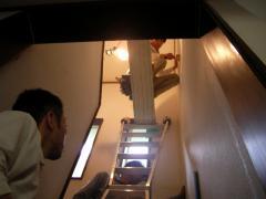 階段室の天井と壁にビニールクロスを貼っている