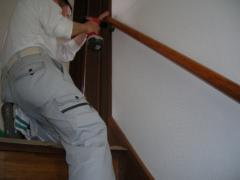 階段手摺りを取り付けている