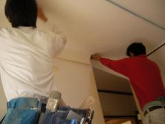 天井に二人が同じ向きでクロスを張っています