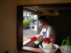 窓枠掃除中