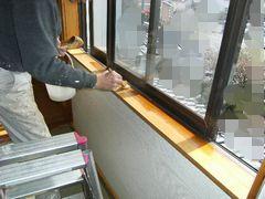 窓枠塗装の下側部分右から脚立も