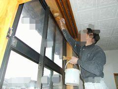 窓枠の上側を塗装する