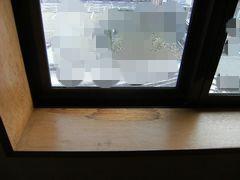 腐食しはじめた窓枠の全体