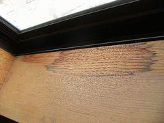 腐った窓枠のアップ