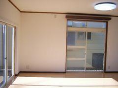 リビング壁紙貼り替え後・横の掃き出し窓の方