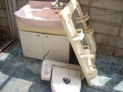 古い洗面台とウォシュレット