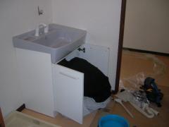 洗面台を取り付けている