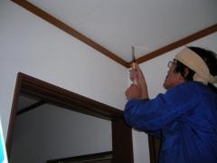 天井に細引きノコギリで穴を空け始める