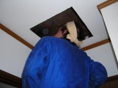 天井に穴が空いて、天井裏を見ている