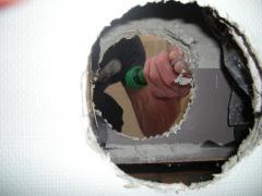 トイレ壁に穴が貫通した