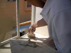 窓枠塗装する前に傷や腐食部分にパテ処理中