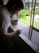 窓枠に塗装中4-2