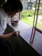 窓枠に塗装中4-3