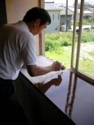 窓枠に塗装中4-4