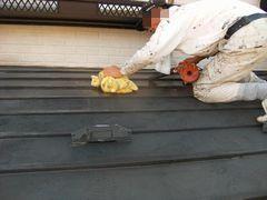 トタン屋根に風とタオルで拭き取り