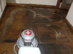 キッチンの床を洗浄中