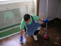 しゃがんで床を洗っている
