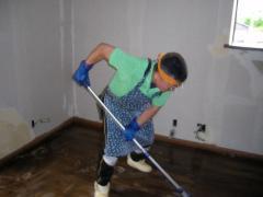 手作業で床洗浄中