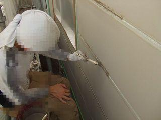 外壁のつなぎ目が腐食している箇所に防水塗料を塗る