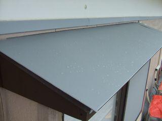 庇の鉄板にグレーの錆止め剤を塗った後
