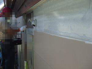 外壁塗装の透明な白い下塗り材(シーラー)を塗っている