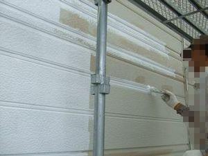 外壁塗装の白い下塗り材(微弾性)を塗っている1