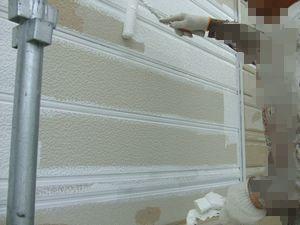 外壁塗装の白い下塗り材(微弾性)を塗っている2