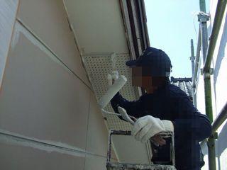 屋根の軒天を塗装しているところ