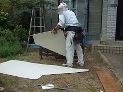 破風に板金貼るためにガリバリウム鋼板を折り曲げて加工している